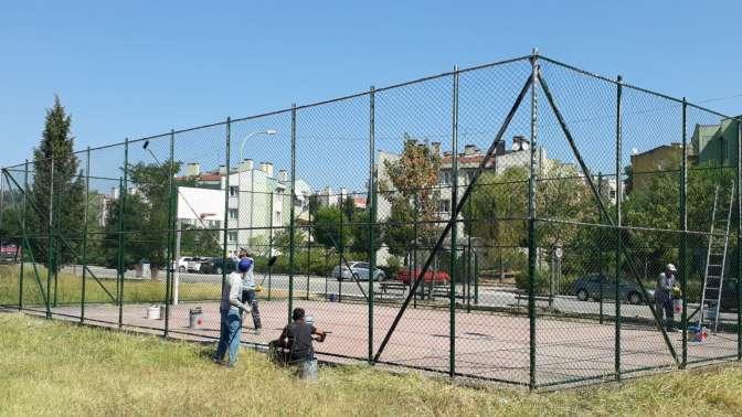 Gölcük belediyesi oyun sahalarının bakım ve onarımını yapıyor.