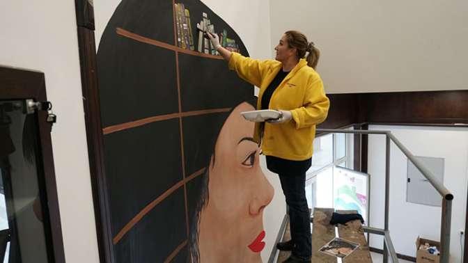 Modern İzmit Kütüphanesinin duvarlarını Ecaterina renklendirdi