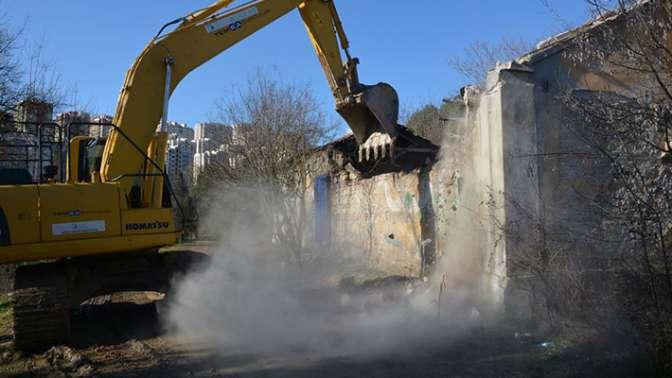 Cephanelikte tehlike oluşturan metruk bina yıkıldı