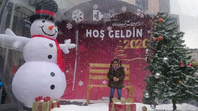 İzmit Belediyesi önündeki kar küresine ilgi büyük