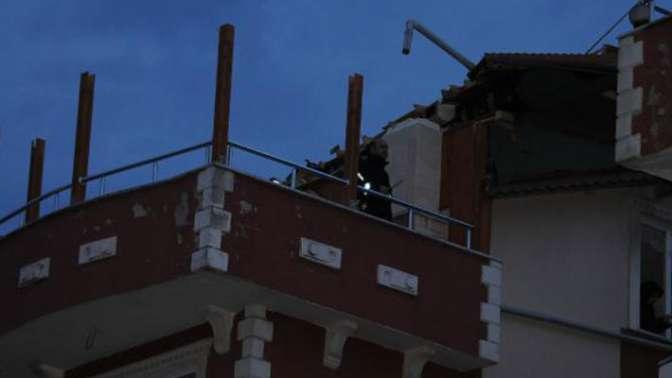 Şiddetli rüzgar etkili oldu, 2 binanın çatısı uçtu